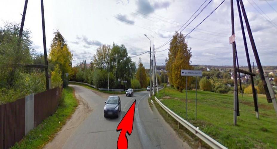 Держитесь правее, по главной дороге будет спуск вниз